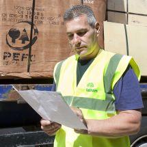 PEFC man bij belading van plaatmateriaal