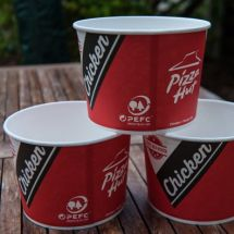 Pizza Hut Chicken Mix bekers met PEFC logo